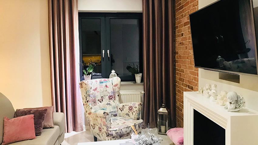 Salon klasyczny retro grube zasłony eleganckie okna